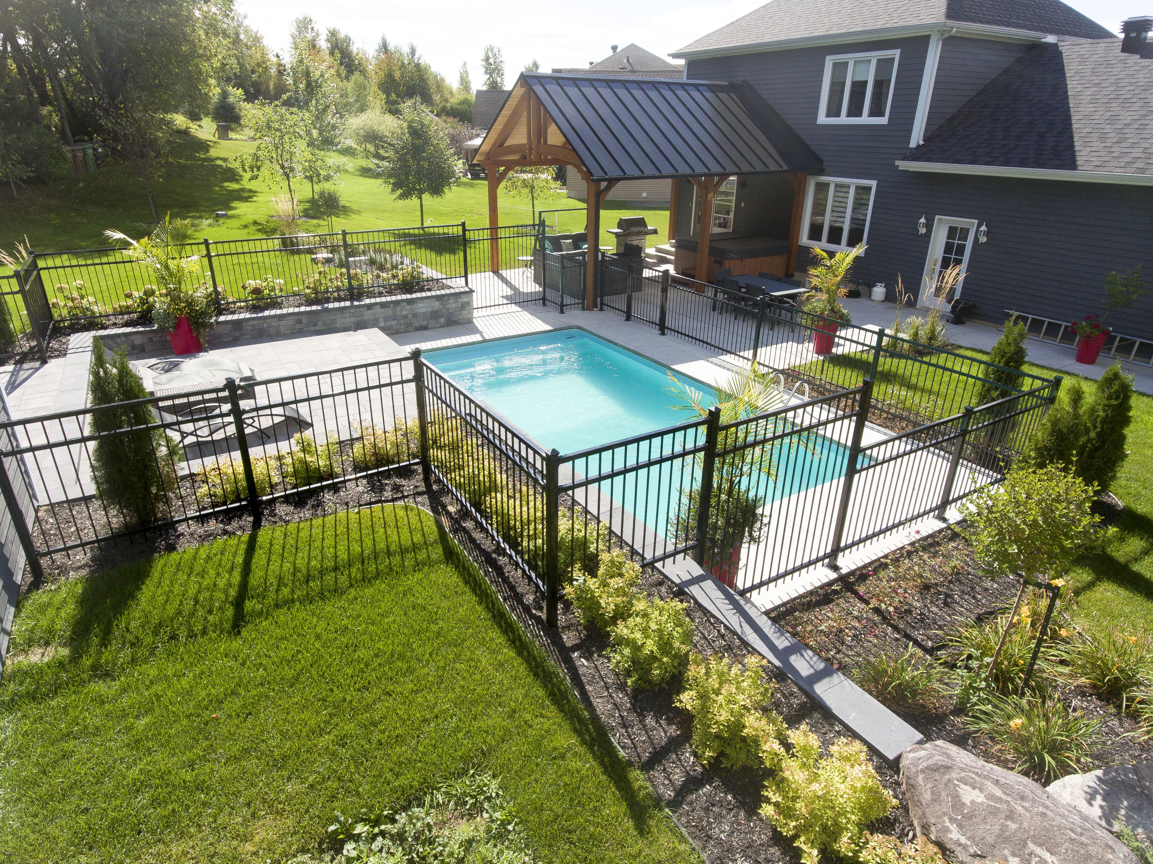 Le tout inclus cour arri re piscine spa r alisations brisson paysagiste - Amenagement exterieur piscine creusee ...